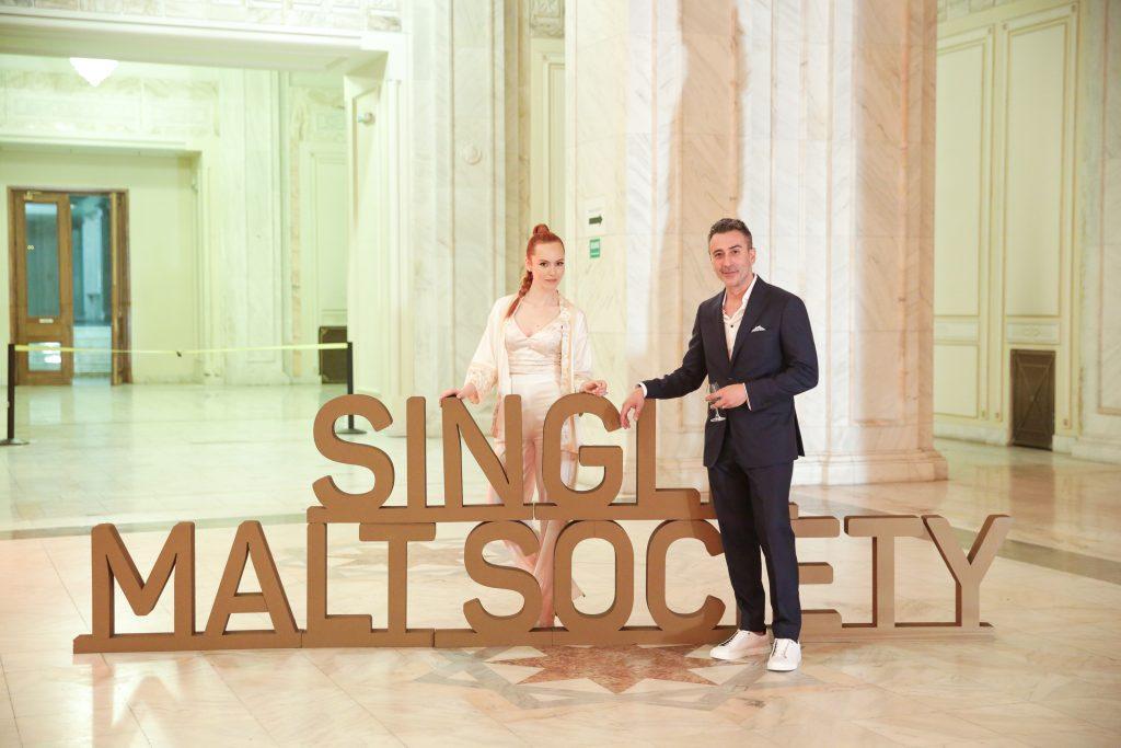 Olimpia Melinte si Petre Fumuru la evenimentul de lansare a comunitatii Single Malt Society din Bucuresti. Comunitatea se adreseaza tuturor pasionatilor de whisky single malt.