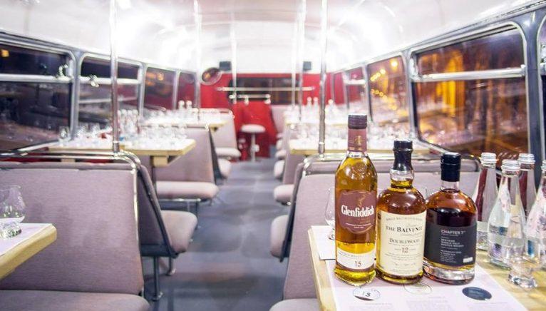 Degustare Single Malt Society într-un autobuz double decker